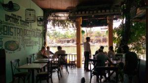 ホイアンの川沿いのおしゃれなカフェ