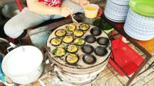 バインカン(Bánh Căn)料理中