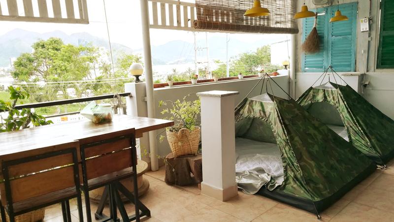 突如設置されるテント